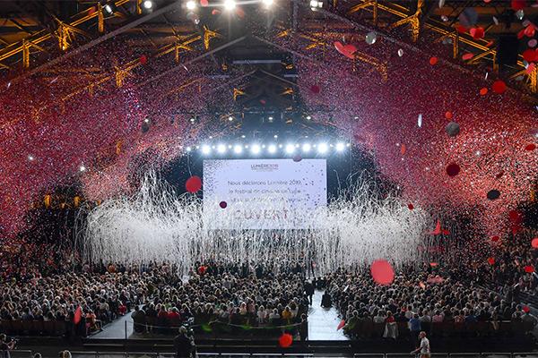 <span style='display:inline-block; background-color:#DF071E; width: 100%;padding:5px;'>Soirée d'ouverture du festival Lumière 2019 à la Halle Tony Garnier</span>