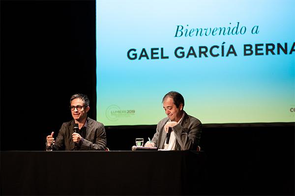 <span style='display:inline-block; background-color:#DF071E; width: 100%;padding:5px;'>Gael García Bernal</span>