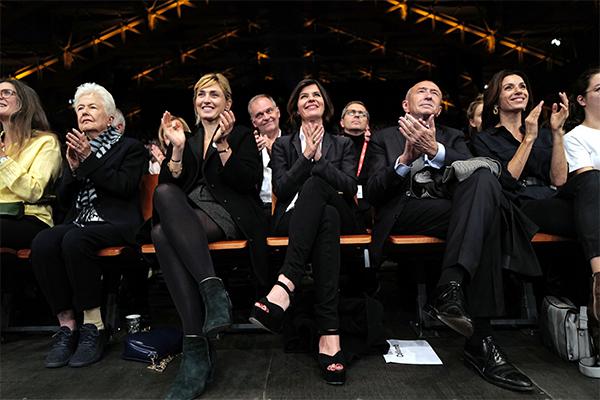 <span style='display:inline-block; background-color:#DF071E; width: 100%;padding:5px;'>Eleanor Coppola, Julie Gayet, Irène Jacob, Gérard Collomb, Aure Atika - Séance de clôture Lumière 2019</span>